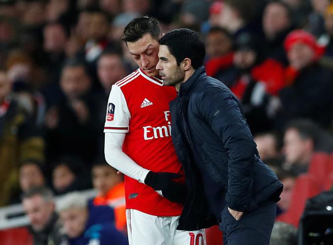 Ozil (trái) không được trọng dụng dưới thời Mikel Arteta. Ảnh: Reuters.