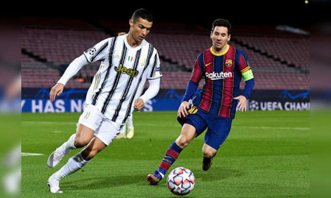 Tình huống Ronaldo (trái) đuổi theo cướp bóng từ Messi, trong trận thắng 3-0 của Juventus trước chủ nhà Barca, ở bảng G Champions League hôm 8/12. Ảnh: Reuters