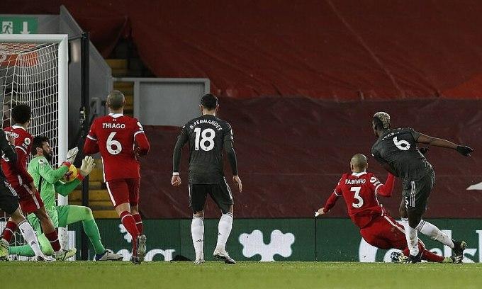 Pogba (số 6) sút trúng vị trí của Alisson khi đối mặt. Ảnh: PA.