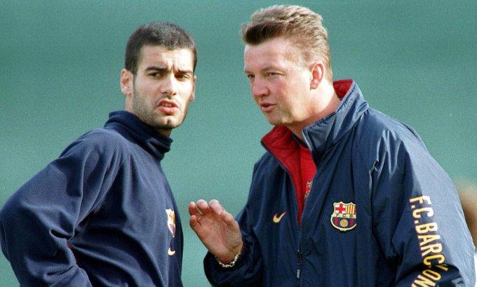 Van Gaal sớm nhận thấy những phẩm chất của một HLV vĩ đại ở Guardiola. Ảnh: AP