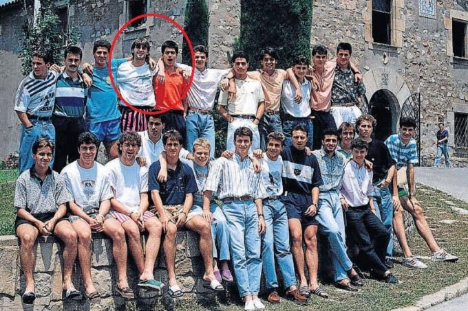 Guardiola (áo cam, hàng đứng) đã cho thấy các phẩm chất thủ lĩnh ngay từ khi còn ăn tập cùng các đồng đội trẻ ở lò La Masia.