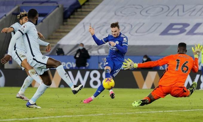 Maddison ấn định tỷ số 2-0 cho Leicester trước khi hiệp một kết thúc. Ảnh: NMC Pool.