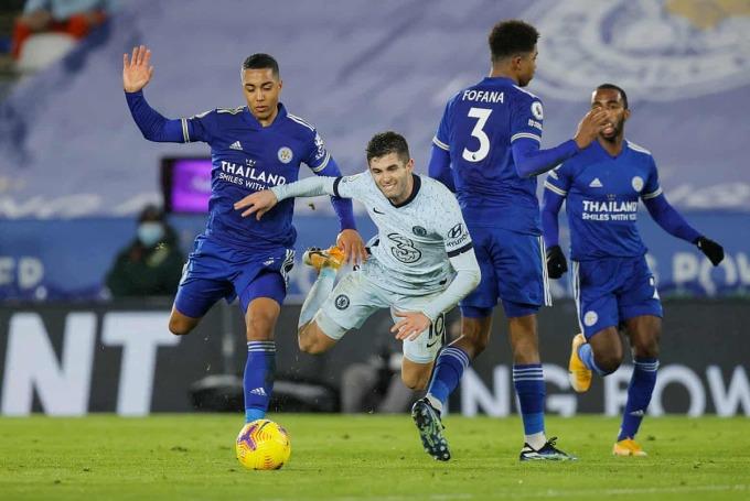 Pulisic (áo trắng) bị Tielemans truy cản khi cố xâm nhập cấm địa Leicester. Ảnh: NMC Pool.