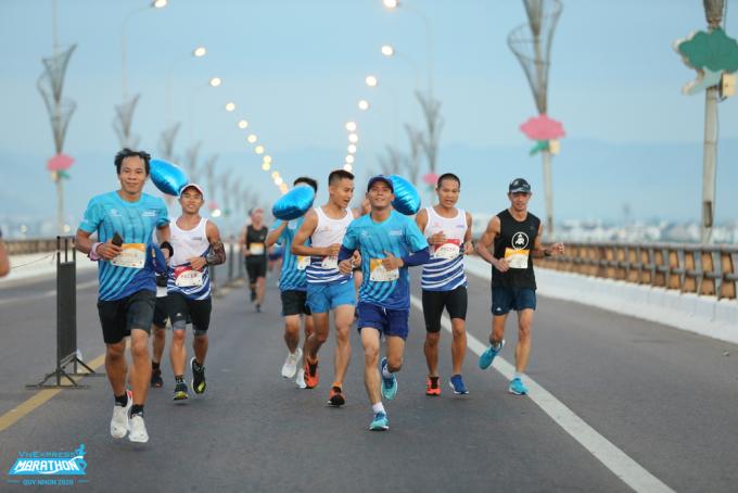 Các vận động viên và Pacer tại VnExpress Marathon Quy Nhơn 2020. Ảnh: VnExpress Marathon.