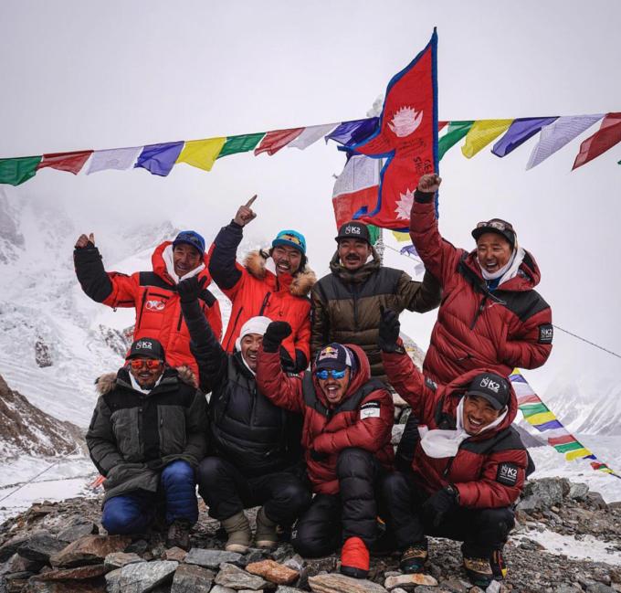 Nhóm leo núi vui mừng sau khi chinh phục thành công K2 vào mùa đông. Ảnh: NatGeo
