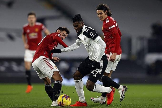 Fernandes (trái) có trận thứ tư liên tiếp không ghi bàn hoặc kiến tạo. Ảnh: PA.