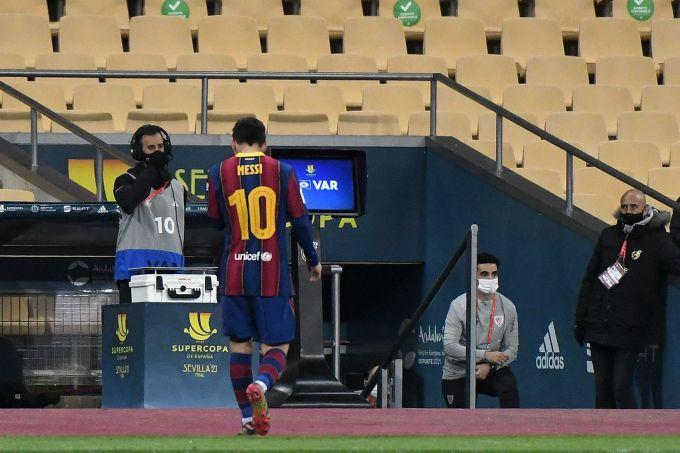 Messi lầm lủi rời sân sau khi lĩnh thẻ đỏ ở chung kết Siêu Cup Tây Ban Nha. Ảnh: EFE