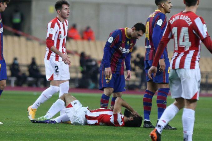 Messi không thể hiện được vai trò thủ lĩnh khi Barca gặp khó, mà còn khiến đội nhà vất vả hơn vì tấm thẻ đỏ trước Bilbao ở chung kết Siêu Cup Tây Ban Nha. Ảnh: El Pais