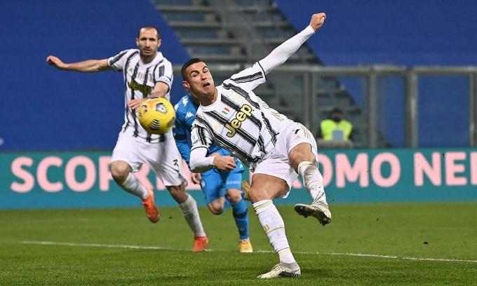 Ronaldo trong tình huống vặn người bắt vô-lê mở tỷ số cho Juventus trước Napoli hôm 20/1. Ảnh: Lapresse