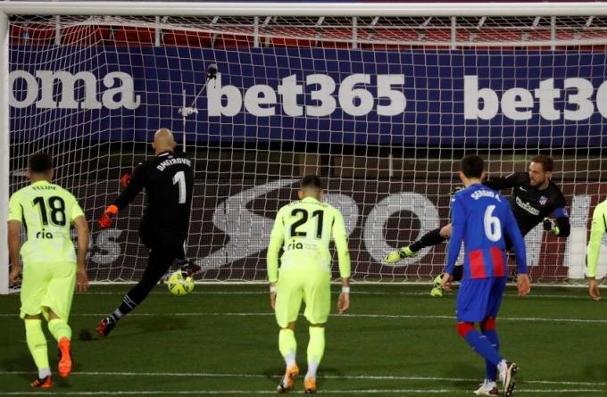 Thủ môn Dmitrovic đá phạt đền, mở tỷ số cho Eibar. Ảnh: EFE