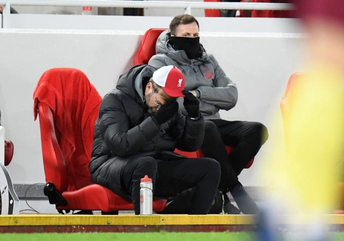 Klopp không giấu tuyệt vọng sau tiếng còi tan trận thua Burnley 0-1. Kết quả này khiến Liverpool đứt mạch 68 trận bất bại trên sân nhà và bị tụt lại trên đường đua vô địch Ngoại hạng Anh. Ảnh: AP