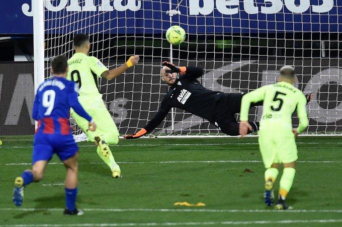 Quả đá phạt đền của Panenka của Suarez ở cuối trận. Ảnh: AFP