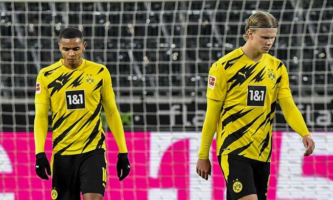 Haaland (phải) tỏa sáng nhưng không cứu nổi Dortmund. Ảnh: dpa