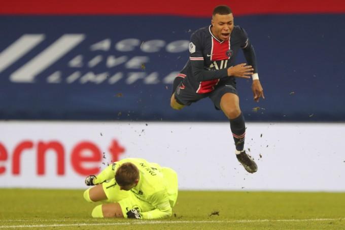 Mbappe trong tình huống khiến thủ môn Omlin của Montpellier lĩnh thẻ đỏ. Ảnh: AP