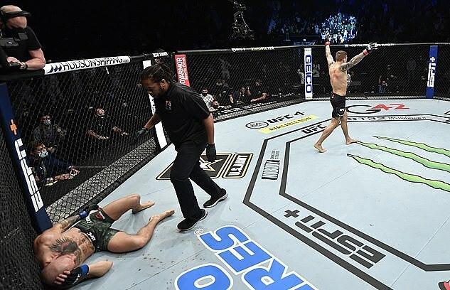 McGregor (trái) nằm gục dưới sàn. Ảnh: Zuffa LLC.