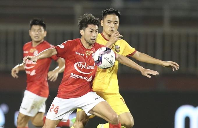 Lee Nguyễn (số 24) tranh chấp bóng với cầu thủ Hà Tĩnh. Ảnh: Đức Đồng.