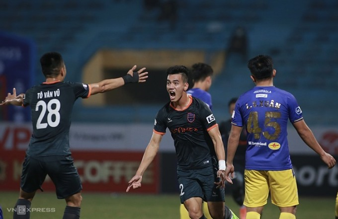 Tiến Linh mừng bàn thắng vào lưới Hà Nội, giúp Bình Dương giành trọn vẹn ba điểm ở sân Hàng Đẫy. Ảnh: Lâm Thỏa.