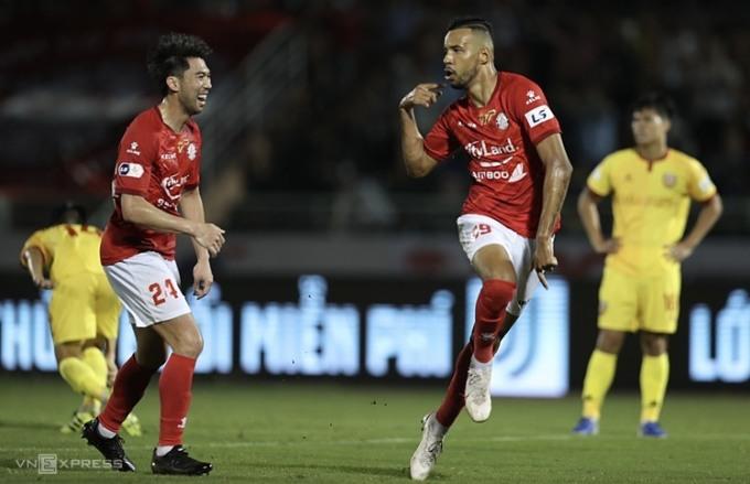 Lee Nguyễn (trái) chung vui với Da Silva, sau khi đồng đội ghi bàn ấn định tỷ số 2-0 cho TP HCM trước Hà Tĩnh. Ảnh: Đức Đồng.