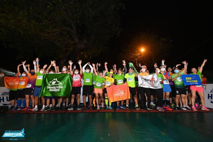 Những nhóm chạy mang theo cờ hiệu, áo đẩu riêng tại giải VM Huế 2020. Ảnh: VnExpress Marathon.