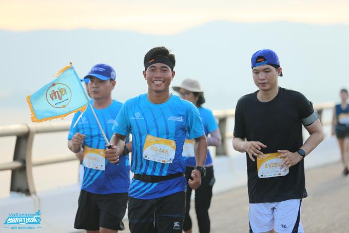 Vận động viên trên đường chạy VM Quy Nhơn 2020. Ảnh VnExpress Marathon.
