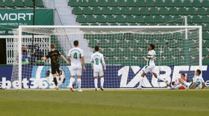 De Jong dễ dàng sút vào khung thành trống. Ảnh: Marca.