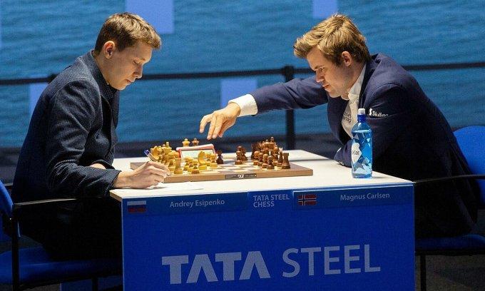 Esipenko (trái) trở thành cầu thủ tuổi teen đầu tiên hạ Carlsen kể từ năm 2011. Ảnh: TataSteel