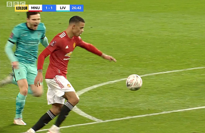 Tiểu xảo của Robertson khi không bắt kịp Greenwood. Ảnh: BBC.