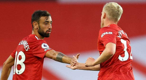 Van De Beek (phải) chưa trở thành đối thủ cạnh tranh xứng tầm với Fernandes. Ảnh: EPA.