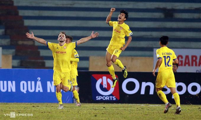 Gramoz Kurtaj (số 91) ăn mừng khi ghi bàn trong trận thắng Hà Nội 3-0 ngày 15/1. Ảnh:Lâm Thoả