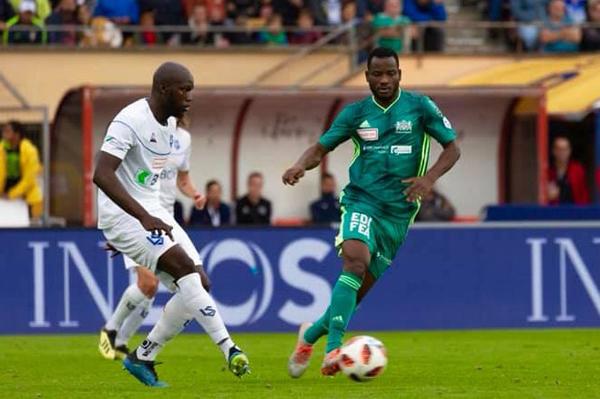 Oussou Konan (phải) sẽ đá cho Nam Định từ vòng ba ngày 30/1.