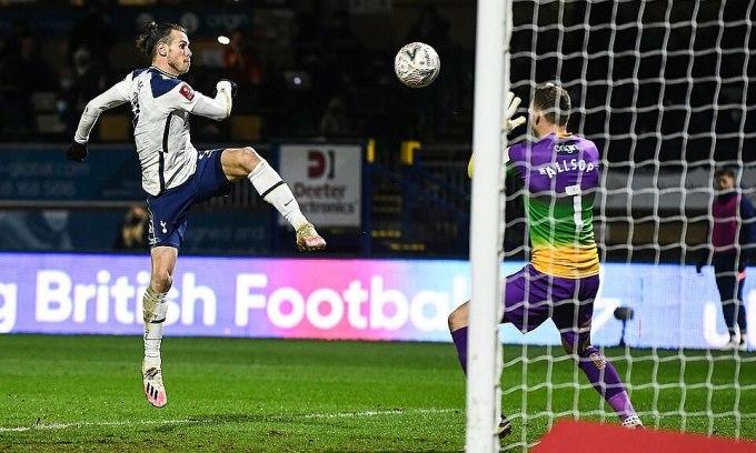 Bàn gỡ hòa của Bale cuối hiệp một. Ảnh: DailyMail