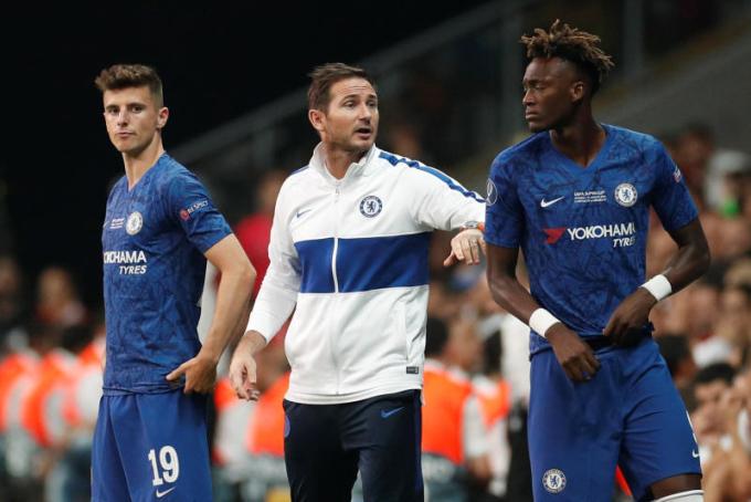 Khi không phải chịu áp lực quá lớn về thành tích, Lampard thành công khi giúp Chelsea có mặt trong top 4 Ngoại hạng Anh, trình làng những ngôi sao do CLB tự đào tạo như Mount (trái) hay Abraham (phải). Ảnh: Reuters