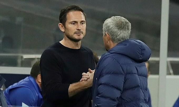 Mourinho (phải) đồng cảm với trò cũ Lampard, khi ông cũng từng bị Chelsea sa thải. Ảnh: Reuters