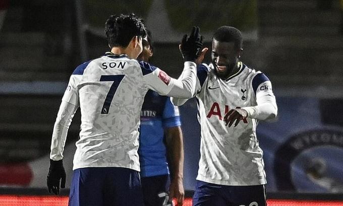 Ndombele (phải) chia vui cùng Son sau bàn thắng thứ ba của Tottenham. Ảnh: DailyMail