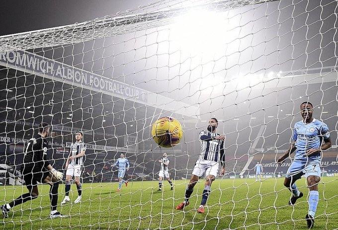 Sterling (phải) ấn định chiến thắng 5-0 cho Man City. Ảnh: PA.