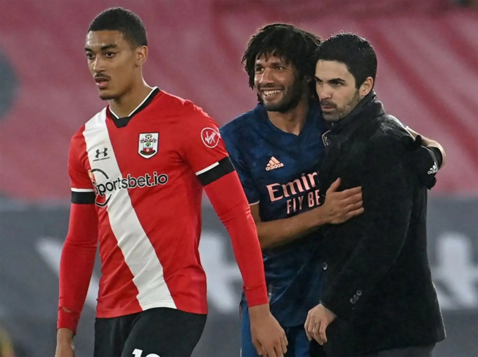 Học trò Elneny chia vui với Arteta sau trận thắng Southampton. Ảnh: AFP