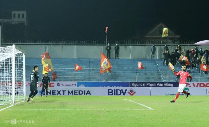 Claudecir (áo đỏ) thất vọng sau pha sút hỏng 11m trong trận gặp Quảng Ninh ở vòng 1. Ảnh: Đức Hùng