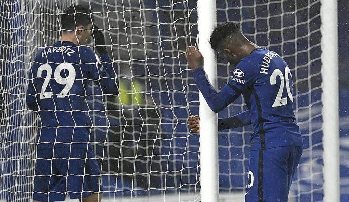 Hudson-Odoi (phải) chơi năng nổ nhất phía Chelsea, nhưng không thể ghi bàn vào lưới Wolves. Ảnh: AP.