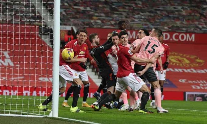 Hàng thủ Man Utd mắc lỗi trong bàn mở tỷ số của Sheffield United. Ảnh: NMCPool.