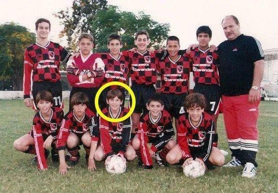 Messi (khoanh tròn) ở tuổi 12, khoác áo trẻ Newells Old Boys. Ảnh: The Sun