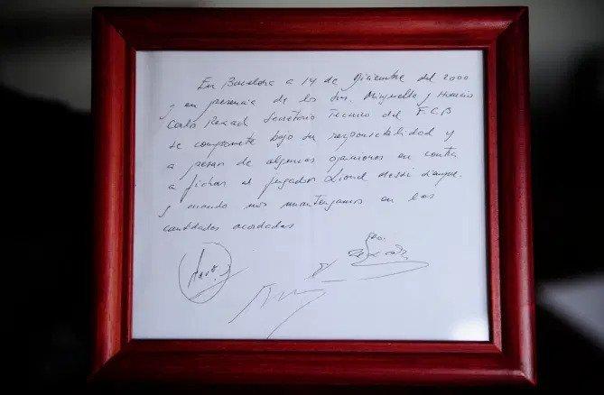 Mẩu giấy ký nháp của Rexach với người đại diện của Messi năm 2000, đang được Rexach lưu giữ. Ảnh: AP