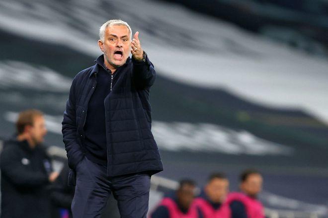 Mourinho không hài lòng với lối chơi của các học trò khi thua Liverpool tối 29/1. Ảnh: AFP.