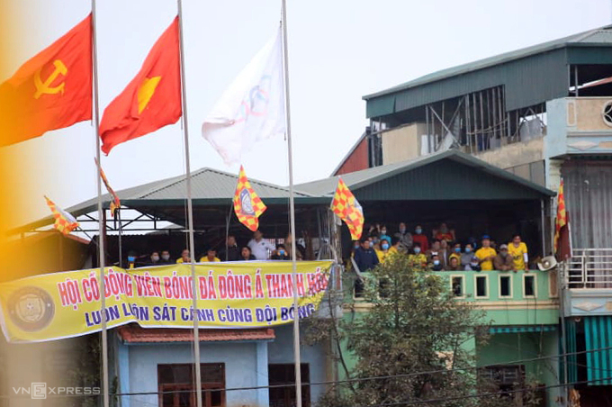 CĐV Thanh Hoá ngồi trên nhà cao tầng ngoài sân cổ vũ cho đội nhà.
