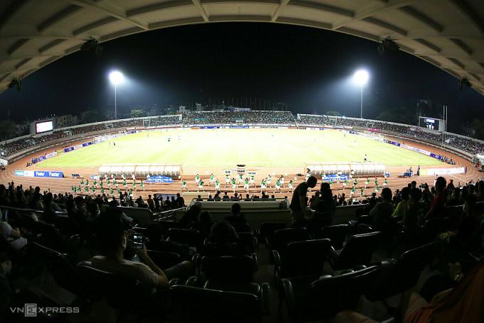 Sân Thống Nhất chật kín khán giả trong ngày Sài Gòn FC đá trận mở màn nhưng tối nay, sẽ không một bóng người trên khán đài vì lệnh cấm. Ảnh: Đức Đồng.