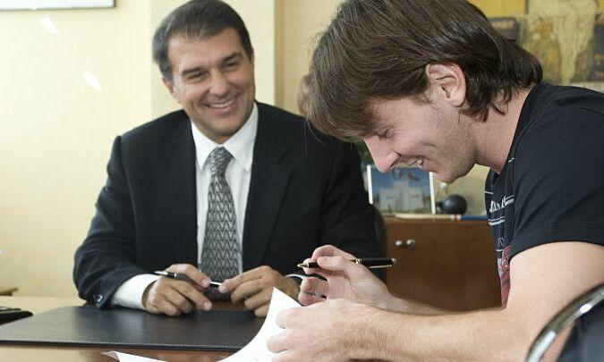 Laporta thay mặt Barca ký hợp đồng gia hạn với Messi tháng 9/2009. Ảnh: AS