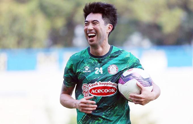 Lee Nguyễn và đồng đội nếu để tăng quá 1kg trở lên sau Tết sẽ bị phạt số tiền khá lớn. Ảnh: Cao Toàn.