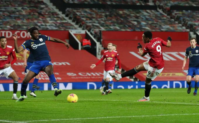 Martial ghi bàn trong trận thắng Southampton 9-0 . Ảnh: Times