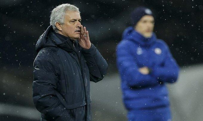 Mourinho (trái) thua Tuchel trong lần đầu giáp mặt. Ảnh: NMC Pool