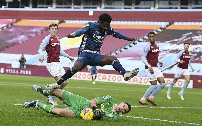 Người cũ Arsenal - thủ môn Martinez - liên tục làm nản lòng các chân sút đội khách. Ảnh: AP.