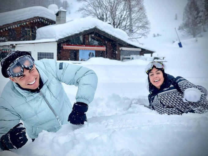 Ronaldo nghịch tuyết với Georgina tại Torino trong sáng 5/2. Ảnh: Instagram / Georgina